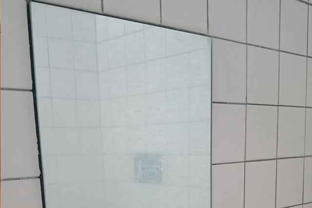 【清掃前】水あかで曇っている鏡